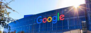Gebouw met veel ramen en het logo van Google